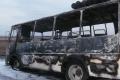 Проезжающие мимо водители пытались потушить горевший автобус