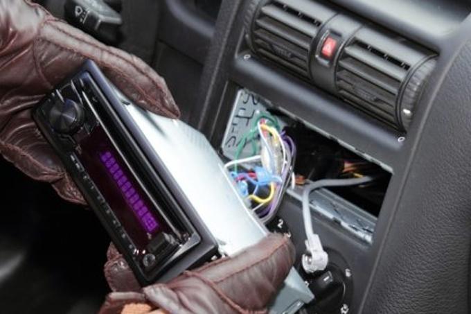 23-летний шадринец украл аккумуляторную батарею и автомагнитолу из автомобиля