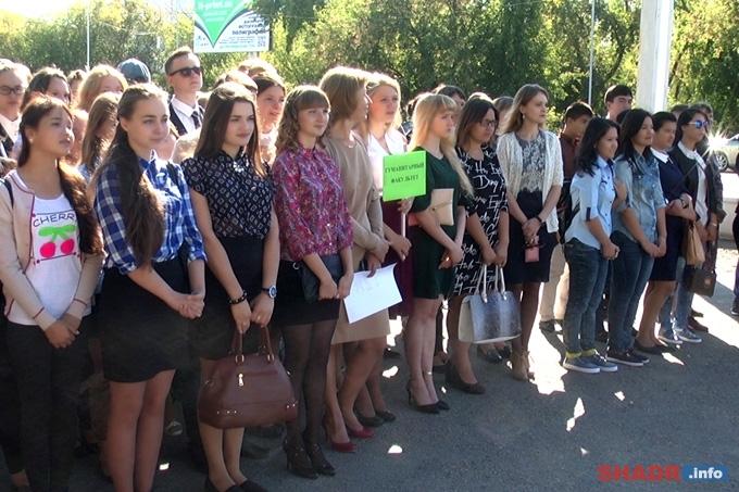 Снова на учёбу: шадринские школьники и студенты отметили День знаний