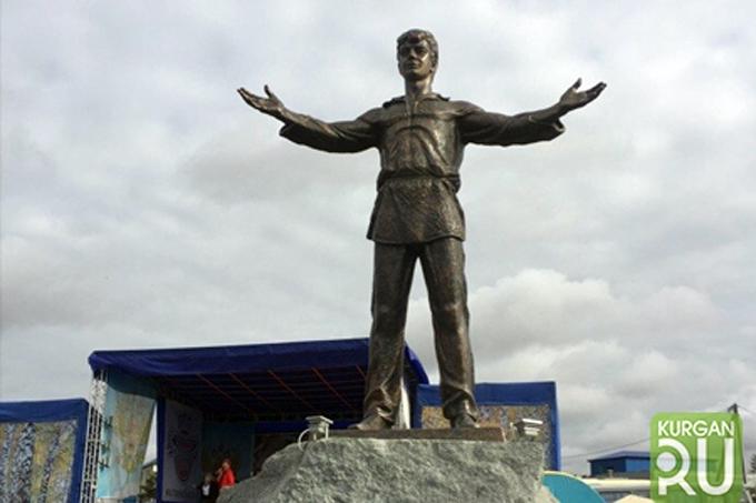 Памятник Сергею Есенину появился в Курганской области