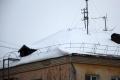 Ближе к весне снег на крышах домов не радует