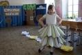 На подиуме - юбки из обоев, корсеты из бумаги и газет