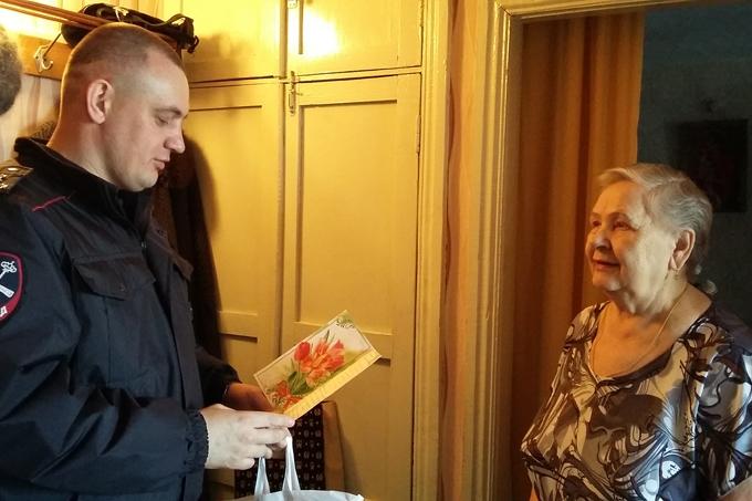 Полицейские Шадринска накануне 8 марта поздравили ветеранов МВД