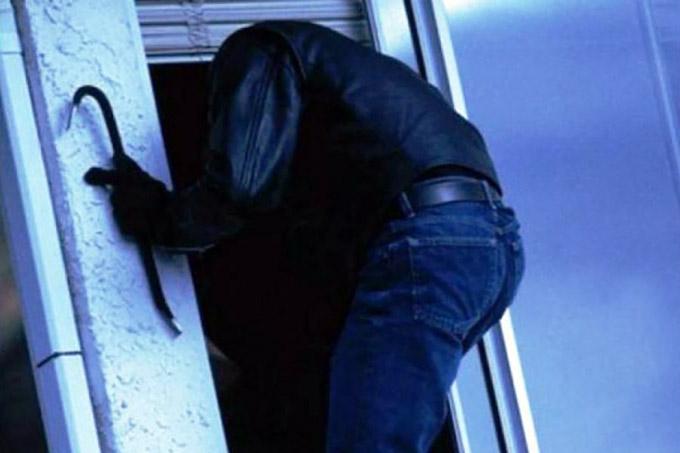 Шадринец через окно влез в квартиру к знакомым и похитил ноутбук