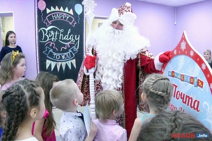 В шадринском детском центре «Монтессори» отметили день рождения Деда Мороза