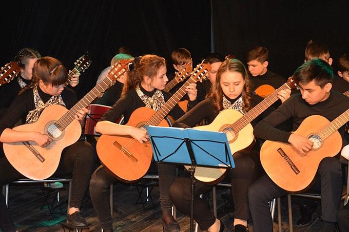Юные шадринские музыканты представили концертную программу «Романтика гитары»