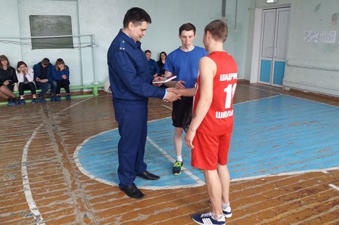 В Шадринске сотрудники прокуратуры сыграли в баскетбол со школьниками