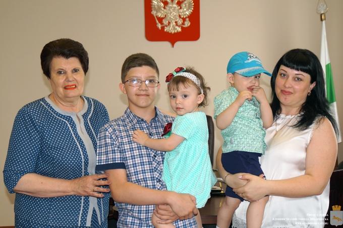 Молодым семьям вручили сертификаты на жильё