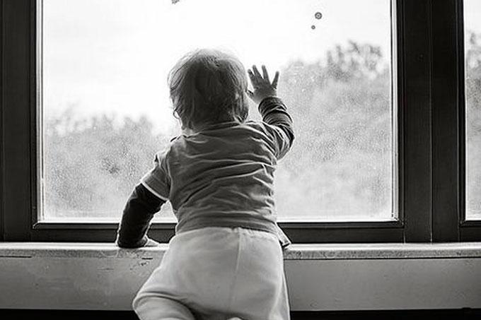 В Кургане из окна выпал ребенок