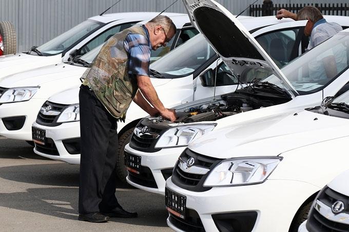Александр Карпов вручил зауральцам с ограниченными возможностями здоровья ключи от специальных адаптированных автомобилей