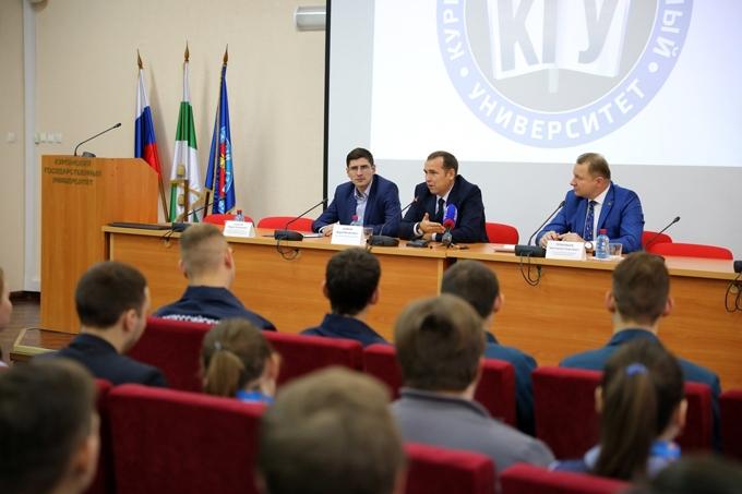 Студенты Курганского госуниверситета задали вопросы Вадиму Шумкову