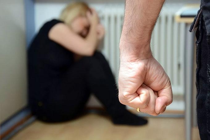 Мужчина на почве ревности жестоко избил супругу