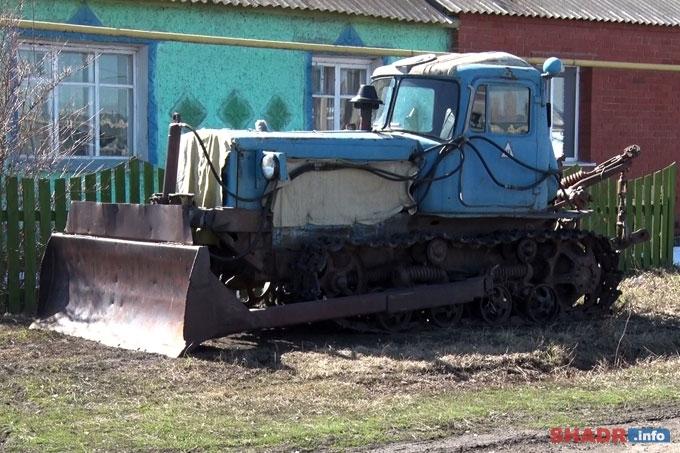 Старшеклассницы села Красная Нива управляют трактором