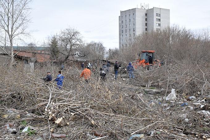 Захламляют одни, убирают другие: в Шадринске продолжается работа по ликвидации несанкционированных свалок