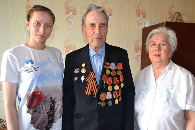 Волонтёры поздравляют ветеранов войны с праздником