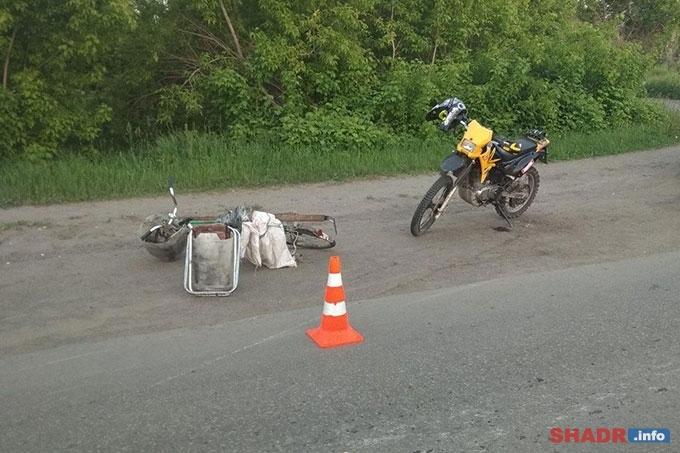 Мотоциклист без прав сбил велосипедиста