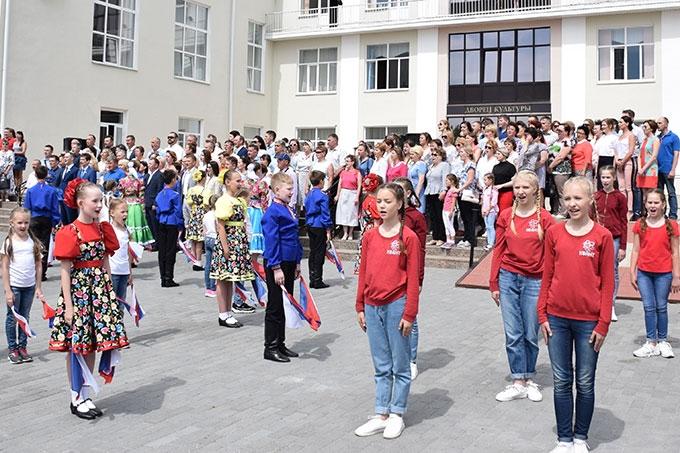 Свыше тысячи шадринцев хором исполнили государственный гимн