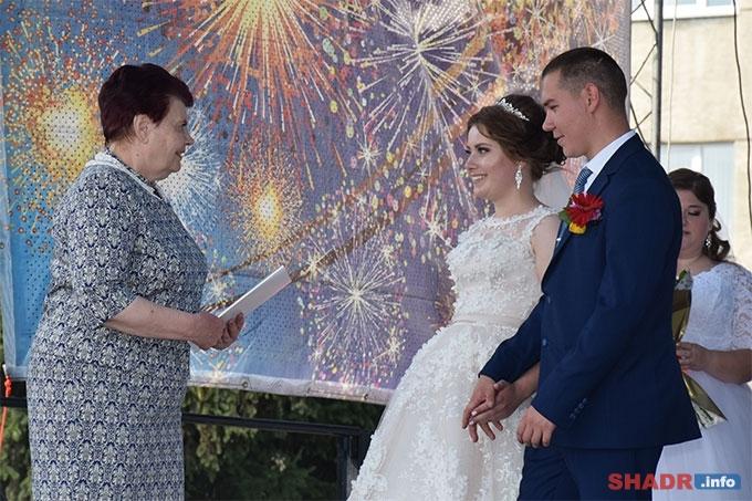 Людмила Новикова приветствовала молодоженов и супружеские пары
