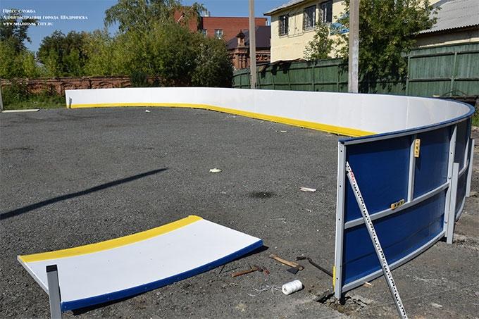 """На стадионе """"Торпедо"""" устанавливают новую хоккейную коробку"""