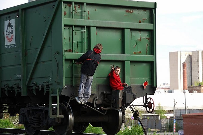 В Кургане подростки катались на грузовом поезде