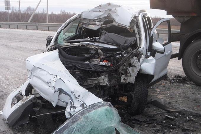 Водитель на иномарке врезался в стоящие грузовики