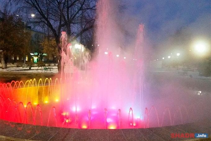 54 светильника, 120 водяных струй: в Шадринске прошел первый запуск фонтана после реконструкции