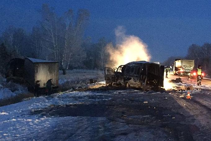 Сразу 3 автомобиля попали в аварию и загорелись