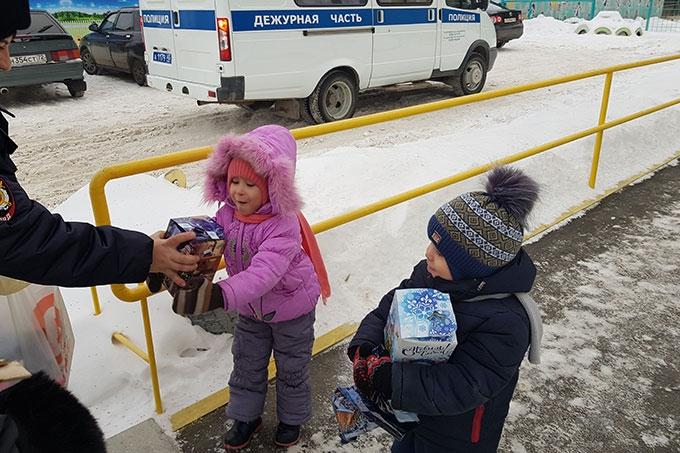 Сотрудники полиции поздравили детей в Новым годом