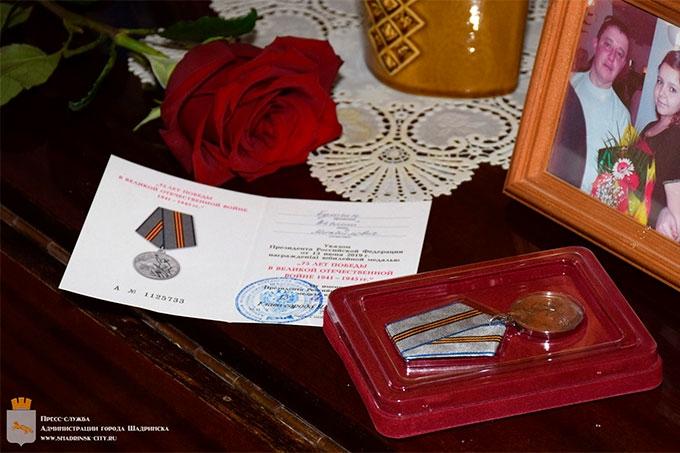 Ветеранам продолжают вручать юбилейные медали