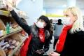 Волонтеры помогают пожилым людям во время распространения коронавируса