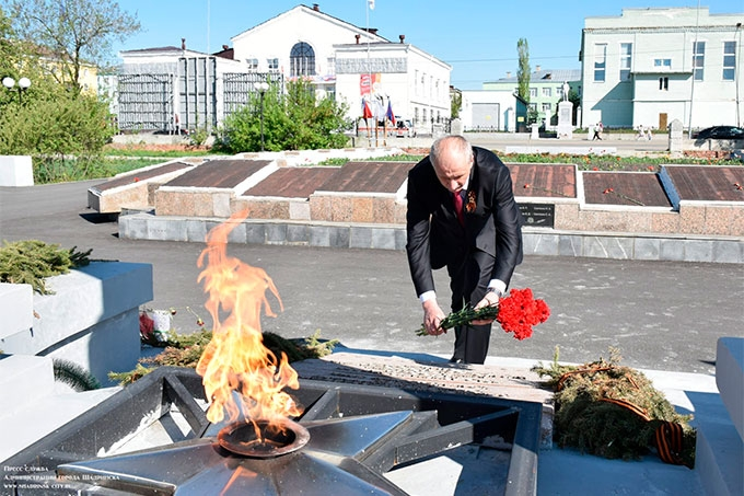 Глава города Виктор Ермишкин почтил память героев Великой Отечественной войны