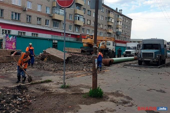 В Шадринске на трубопроводе произошел сильный выброс воды
