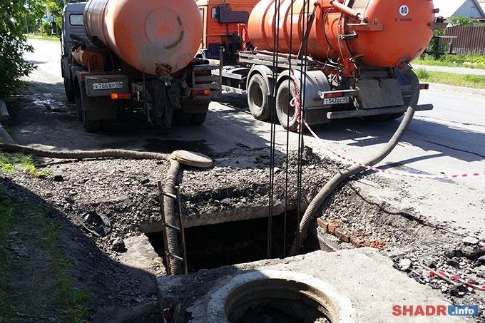 На канализационном коллекторе устраняют порыв