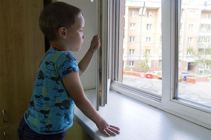 В Кургане из окна 4 этажа выпал ребенок