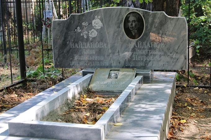В память о Дмитрии Петровиче Найданове установлено новое надгробие