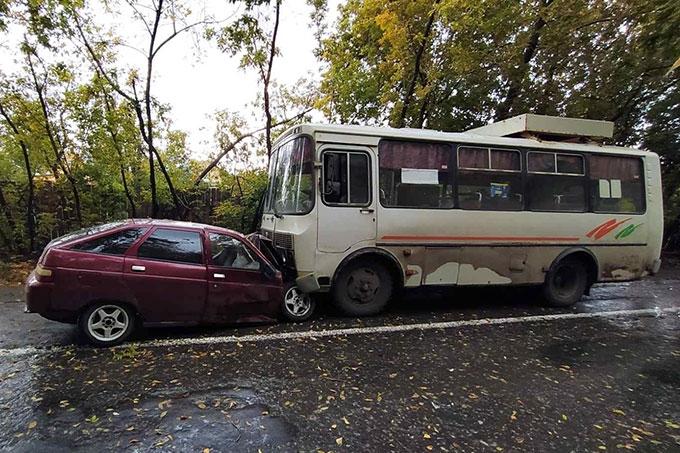 Водитель без прав допустил столкновение с автобусом