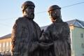 На набережной установили памятник святым Петру и Февронии и скамью примирения