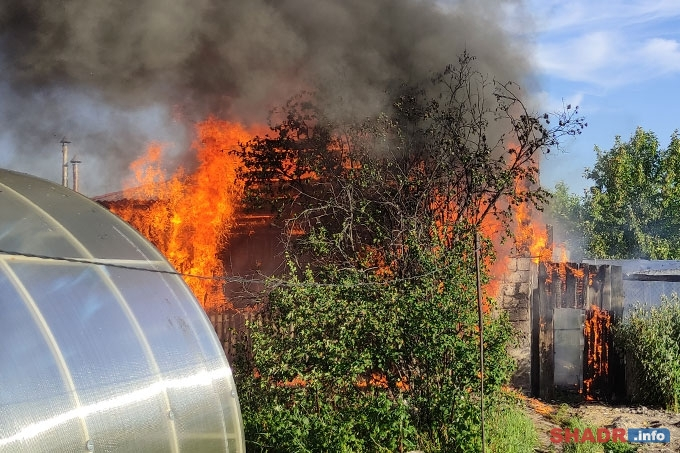 Очередной пожар в Шадринске: уничтожены надворные постройки