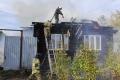 В Шадринске спасатели ликвидируют пожар в частном доме